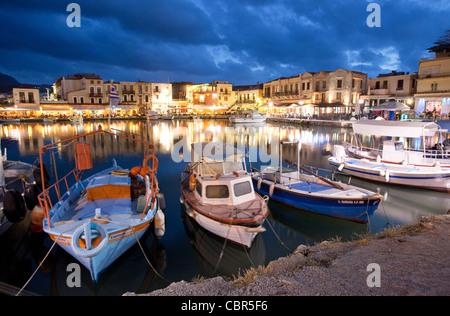 Crépuscule sur le port vénitien de Rethymnon, Crète, Grèce. Banque D'Images