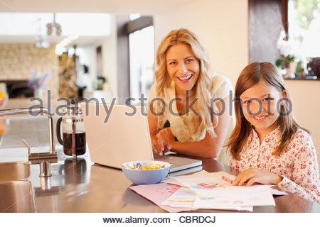 Mère et fille se détendre dans la cuisine Banque D'Images