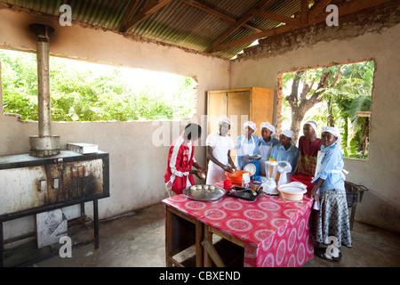 Les élèves fréquentent une classe d'art culinaire dans la région de Morogoro, Tanzanie, Afrique de l'Est. Banque D'Images