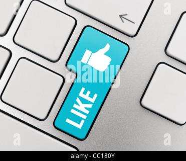 Comme du texte avec thumb up symbole sur clavier en aluminium moderne. Les médias sociaux l'image conceptuelle. Banque D'Images