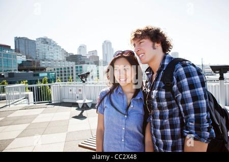 États-unis, Washington, Seattle, jeune couple sightseeing Banque D'Images