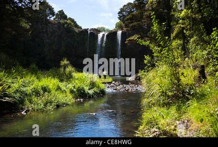 Un couple à la base de Whangarei Falls sur la rivière Hatea, Northland, Nouvelle-Zélande, île du Nord. Banque D'Images