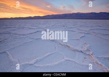 Lever du soleil sur les polygones de sel et de motifs à Badwater Salt Flats dans Death Valley National Park, California, Banque D'Images