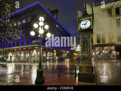 Horloge à vapeur de Gastown à Vancouver BC Canada sur une nuit pluvieuse Banque D'Images