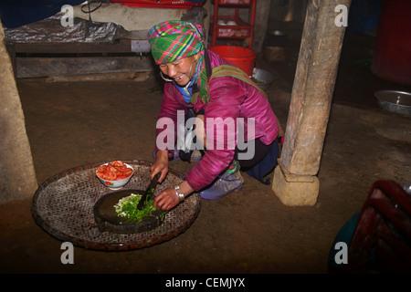 La préparation des aliments femme Hmong SAPA, Vietnam Banque D'Images