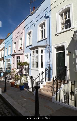 Terrasse aux couleurs pastel des maisons dans la rue Bywater. Banque D'Images