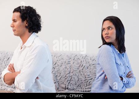 Couple having an argument dans le salon Banque D'Images