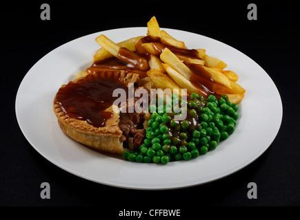 Close up de Steak et frites Tarte aux pois et sauce. Un plat traditionnel britannique Banque D'Images
