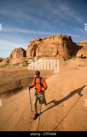 Jeune homme randonnée dans Parc National Arches près de Moab, Utah. Banque D'Images