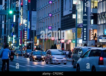 Le trafic de rue et de néons dans la nuit dans le quartier de Ginza de Tokyo, Japon Banque D'Images