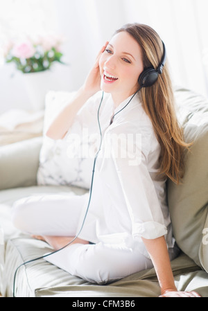USA, New Jersey, Jersey City, Portrait of young woman wearing headphones Banque D'Images