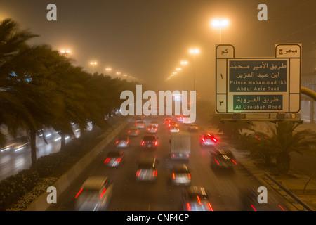 Dans le trafic de sable sur King Fahd Road, Riyadh, Arabie Saoudite Banque D'Images