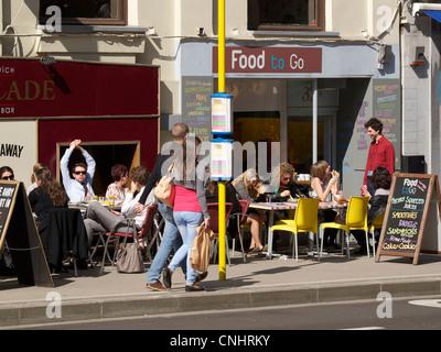 Les gens en train de déjeuner à l'extérieur, au soleil, dans le quartier du Parlement européen de Bruxelles, Belgique Banque D'Images