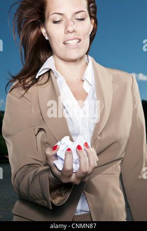 Businesswoman holding papier froissé Banque D'Images