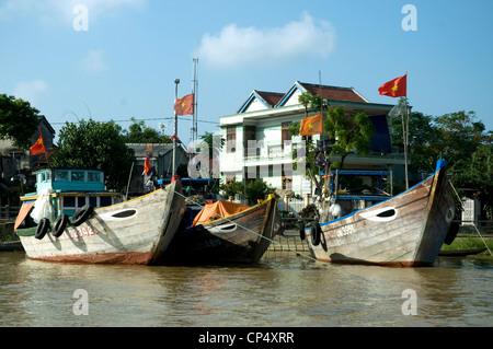 Au Vietnam, Hoi An, un port de commerce historique moderne, les bateaux de pêche sont amarrés le long de la rivière Banque D'Images