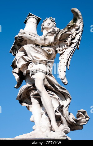 Rome Italie - statue d'un ange avec colonne de Ponte Sant'Angelo Banque D'Images