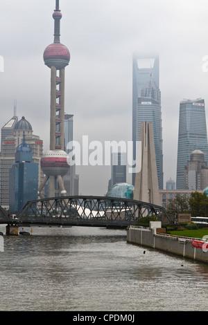 Suzhou Creek et le pont Waibaidu avec vue sur la skyline de Pudong, Shanghai, Chine, Asie Banque D'Images