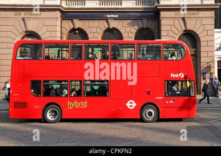 London bus hybride en dehors de Nat West bank branch dans le Strand Banque D'Images