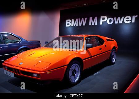 BMW M1 voiture de sport à l'affiche au Musée BMW et son siège à Munich, Bavière, Allemagne Banque D'Images