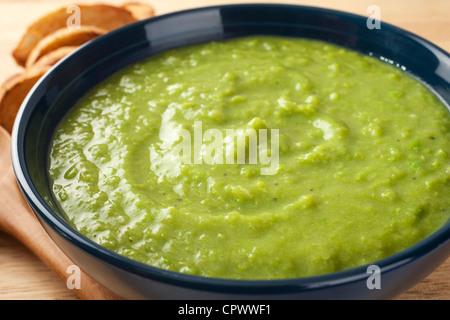 Un bol d'épais, frais, soupe aux pois. Banque D'Images