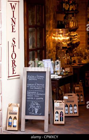 Grotta del vin Brunello shop au Costa di Piazza Garibaldi, dans la vieille ville de la colline de Montalcino, Val Banque D'Images