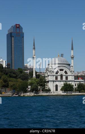 La Turquie, Istanbul, centre historique, patrimoine mondial de l'UNESCO, la Mosquée de Dolmabahçe et Ritz-Carlton Banque D'Images