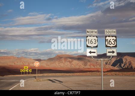 La jonction de route près de Goosenecks State Park et Mexican Hat, le sud-est de l'Utah, avec motifs rock chevron Banque D'Images