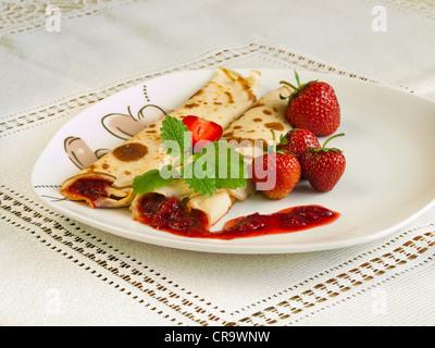 Crêpes roulées avec des fraises Banque D'Images