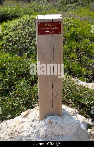 Signpost Cami de Cavalls, Minorque, Iles Baléares, Espagne, Europe Banque D'Images
