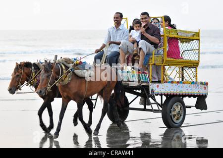 Famille indienne sur un cheval panier sur la plage de Juhu, Juhu Beach, Mumbai, Maharashtra, Inde, Asie Banque D'Images