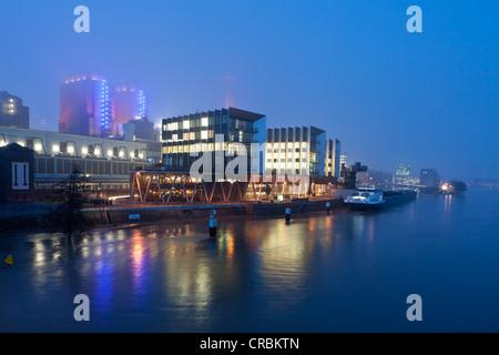 Immeubles de bureaux modernes dans le brouillard, Westhafen Pier 1, Frankfurt am Main, Hesse, Germany, Europe Banque D'Images