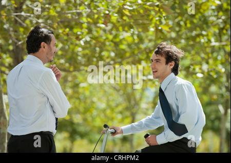 Businessmen talking outdoors Banque D'Images
