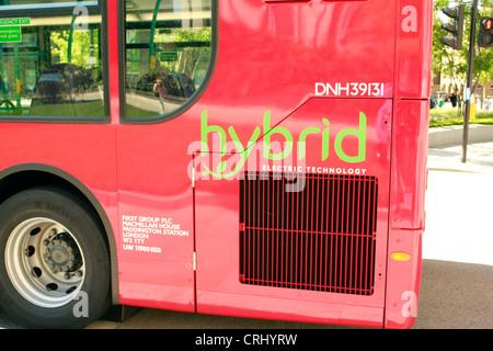 L'arrière de l'autobus public technologie hybride électrique à Londres Banque D'Images