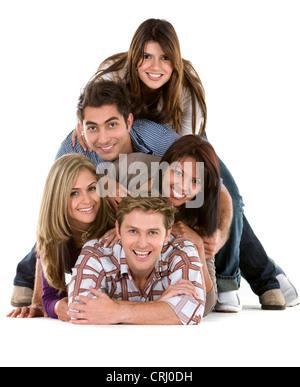 Cinq professionnels jeunes gisant sur le sol l'un à l'autre formant une pyramide Banque D'Images