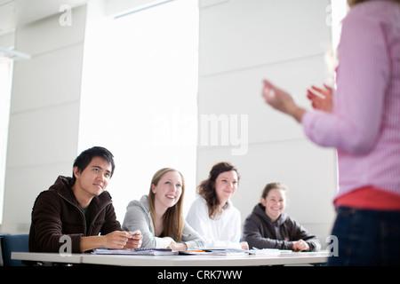 Parler aux étudiants et enseignants en classe Banque D'Images