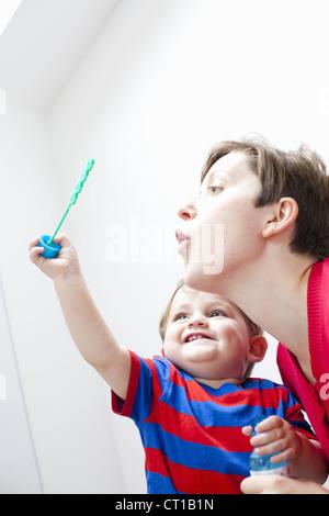 Mère et fils faire des bulles ensemble Banque D'Images
