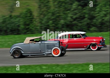 Deux hotrods racing. Motion Blur sur roues et l'arrière-plan Banque D'Images