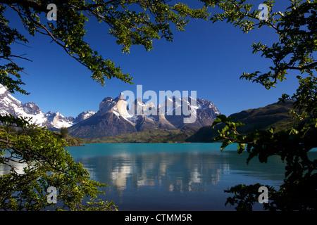 Vue sur le Lac Pehoe de Cuernos del Paine, Parc National Torres del Paine, Patagonie, Chili, Amérique du Sud Banque D'Images