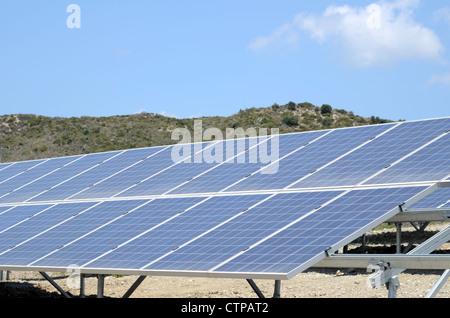 Gros plan sur une banque de panneaux solaires de production d'électricité. Banque D'Images