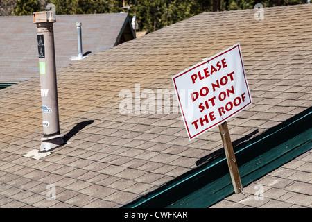 'Ne pas s'asseoir sur le toit, d' inscription sur la construction au bas de la station de ski de Big Bear Mountain, Banque D'Images