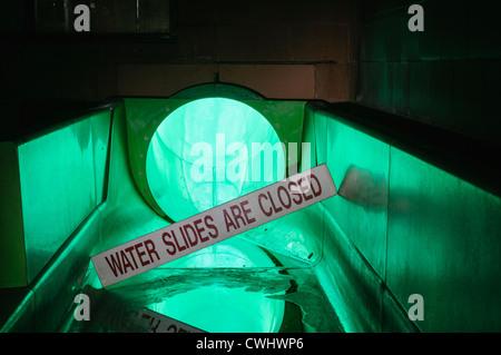 Signer en bas d'un toboggan en disant que c'est fermé dans une piscine abandonnée Banque D'Images