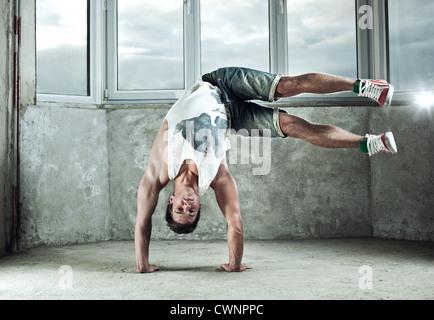 Jeune homme fort break dance. Banque D'Images