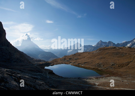 Vue aérienne du lac encore dans les montagnes Banque D'Images