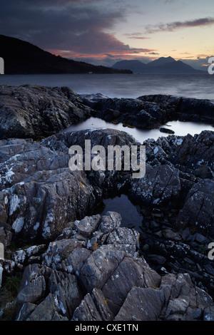 En regardant vers le continent écossais du Loch na Dal, île de Skye, Écosse Banque D'Images