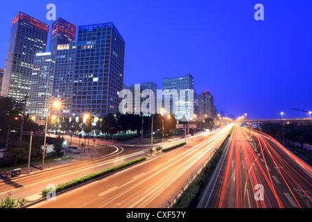 La ville de Beijing au crépuscule avec circulation Banque D'Images