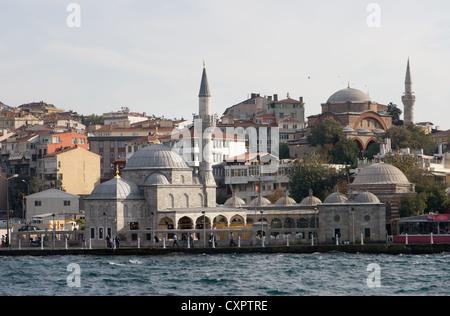 Mosquée sur les rives du Bosphore, Istanbul, Turquie Banque D'Images