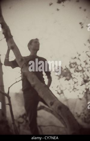 Sépia floues silhouette d'un homme dans la forêt. Banque D'Images