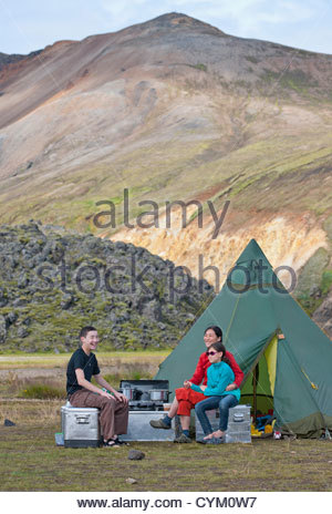 Family relaxing at campsite Banque D'Images