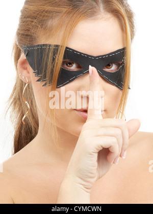 Portrait de la belle jeune femme à masque noir Banque D'Images