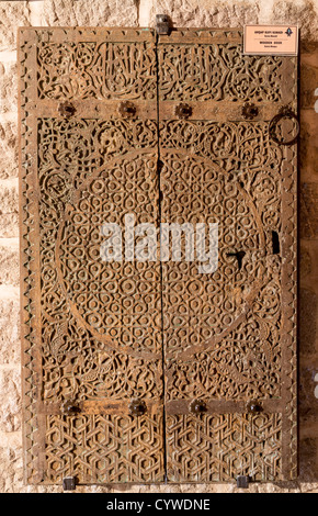 La porte en bois de la mosquée, Akshehir Kizilca, la Turquie, à l'affiche dans l'Ata Sahib Khanqah, Konya, Turquie. Banque D'Images